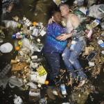 Des gens qui baignent dans 7 jours de déchets
